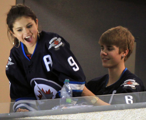225-justin_bieber_selena_gomez_jets_winnipeg_8.jpg-normal