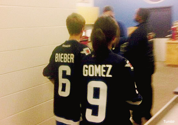226-justin_bieber_selena_gomez_jets_winnipeg_11.jpg-normal