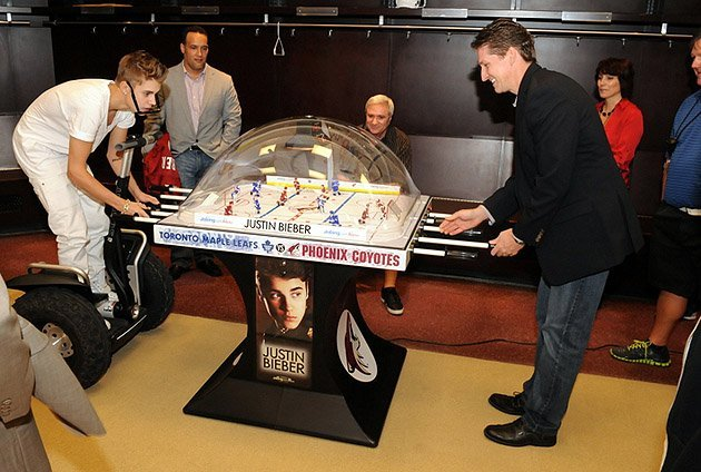 Justin Bieber & Coyotes President Mike Nealy play Bubble Hockey