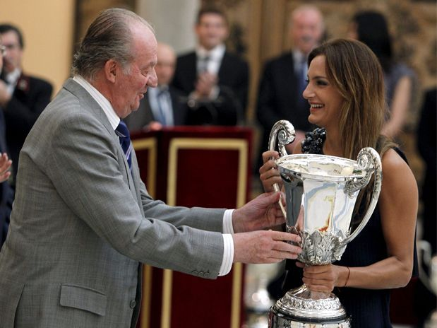 Spanish King Juan Carlos l presents Luciana Aymar with Trophy