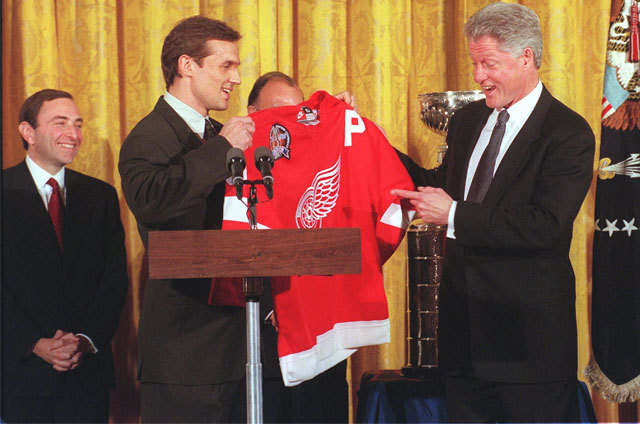 Steve Yzerman gives Bill Clinton a Detroit Red Wings Jersey
